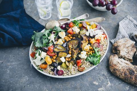 Receptbild Aubergine- och hirsmixsallad med rostad feta och kikärtor liggande