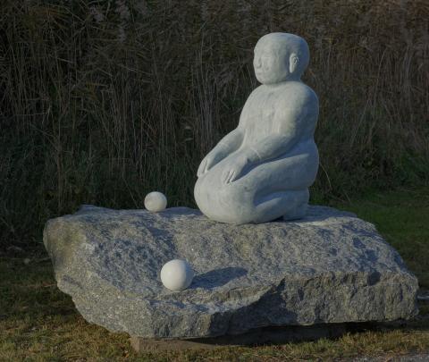 Ibland tänkande, ibland inte, av Ann Carlsson Korneev.  Material: alabaster och larvikit.