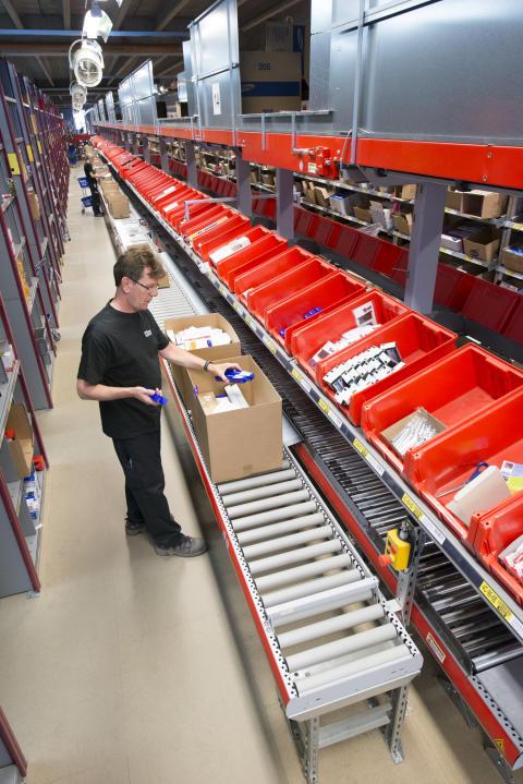 Kernen i distributionscenteret er det 800 m lange transportbånd, som transporterer ca. 15.000 kasser om dagen.