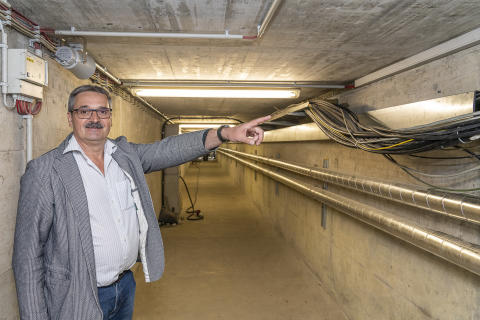 Uwe Daebel zeigt einen Teil der 400m langen Leitungen
