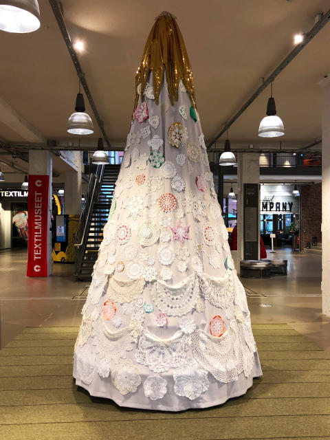 Årets textila julgran i Textile Fashion Center på plats - hyllar kvinnligt hantverk