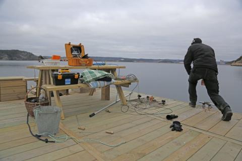 Lars-Olof Axelsson, projektledare för Projekt Fjordtorsk, här i arbete med ett konstgjort rev i Byfjorden.