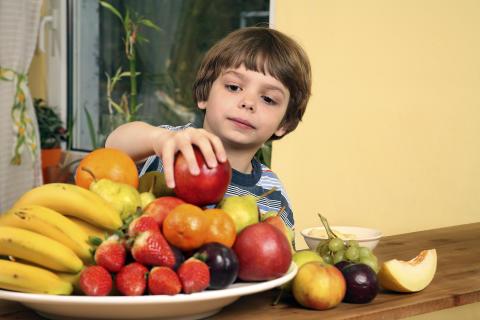 Junge mit Obstteller