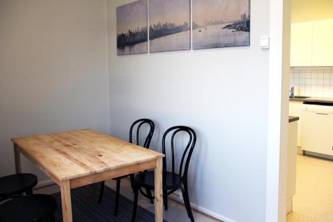 Leiligheten har fått nytt kjøkken og en hyggelig felles spiseplass i eget rom.
