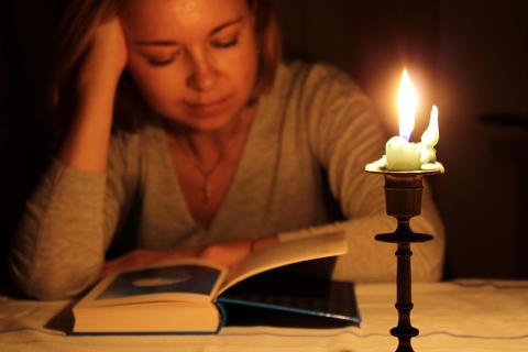 Lesen bei Kerzenlicht – ist das schlecht für die Augen?