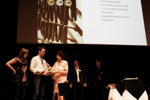 Håvs Lamm & Delikatess från Orust, Västra Götaland, tar emot pris i klassen Färskkorv