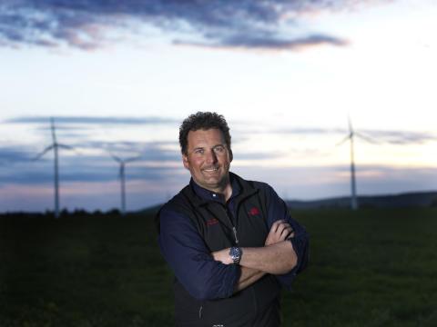 Bergsklättrare blev klimathjälte ¬– hans vindkraftverk snurrar in el till 450 hushåll i Östergötland