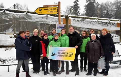 Vertreter von Greenpeace Rostock und vom Zoo werben für internationales Schutzgebiet