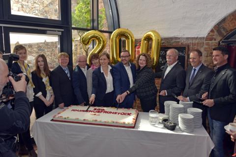 Kulturbürgermeisterin Dr. Skadi Jennicke (m.) und Gäste der ersten Stunde schneiden die Jubiläumstorte zum 200. Tourismusfrühstück an