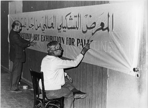 Jamil Shammout och Michel Najjar målar bannern för The International Art Exhibition for Palestine, Beirut, 1978