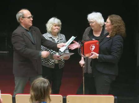 Rotary skänker hjärtstartare till Kulturhus