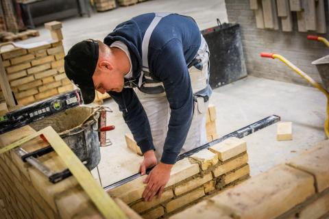 Murer fremviser sit fag til Åbent Hus