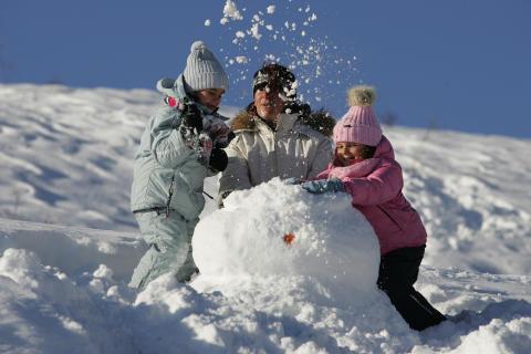 Far laver snemand med børn