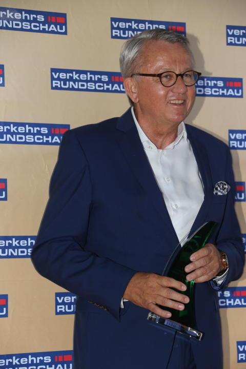Peter Hornig, Geschäftsführer Scania Deutschland Österreich, mit dem Green Truck 2019 Award für den Scania R 450