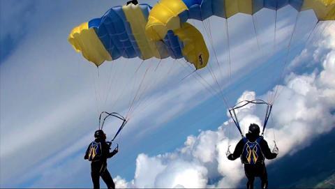 Tävling i fallskärmsgrenen kalottformation pågår i Gryttjom, Tierp!