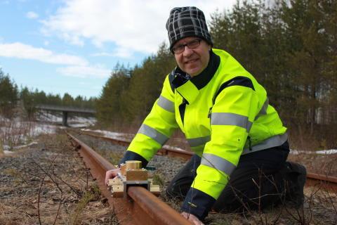 Jan Lundberg, professor vid Luleå tekniska universitet med sin järvägsuppfinning