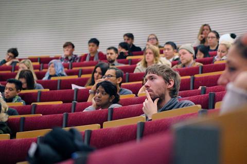 Internationella studenter tar plats på universitetet