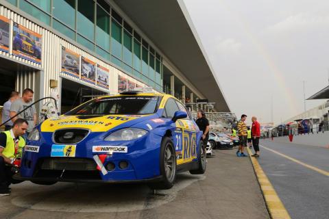 Team nr 21 med Seat Leon Supercopa på Dubai autodrome inför Dubai 24H
