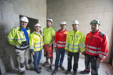 Lecas tekniske ekspertise har vært viktige rådgivere i prosjektet. Her er formann Marius Aamodt, murer Truls Eliassen og Kristian Aamodt på befaring med Jan Øyvind Christensen og Hege Anker-Jensen fra Leca.