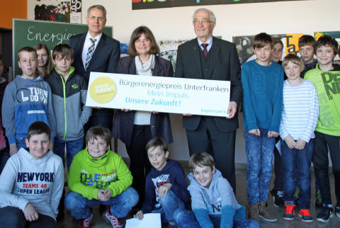Im Kreise der Schülerinnen und Schüler der Schlossberg Grund- und Mittelschule Nüdlingen, einem der Vorjahressieger, startete der diesjährige Bürgerenergiepreis Unterfranken.