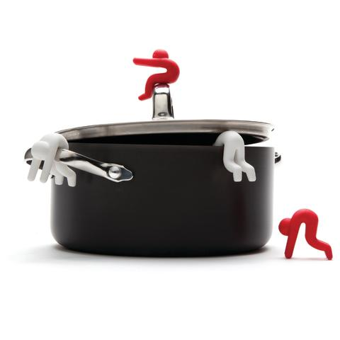 Lid Sid håller kastrullocken på glänt när du kockar i köket