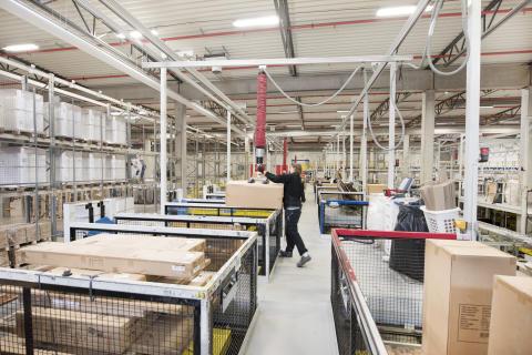 For at gøre arbejdet lettere er der installeret 21 sakselifte, som underbygger ergonomisk optimerede plukningsprocesser