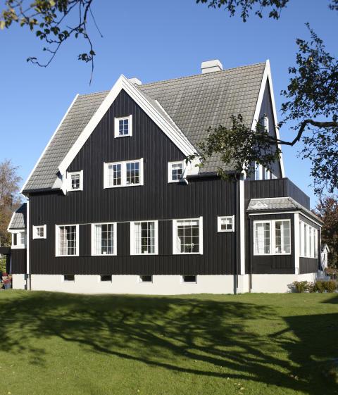 Ærverdig hus i  fargen Brunsvart