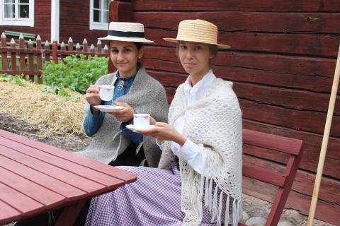 Lärarinnorna tar en kaffetår (på Vallby Friluftsmuseum)