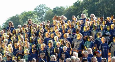 Elevene på Teglverket skole hadde matchende trøyer på åpningsdagen.