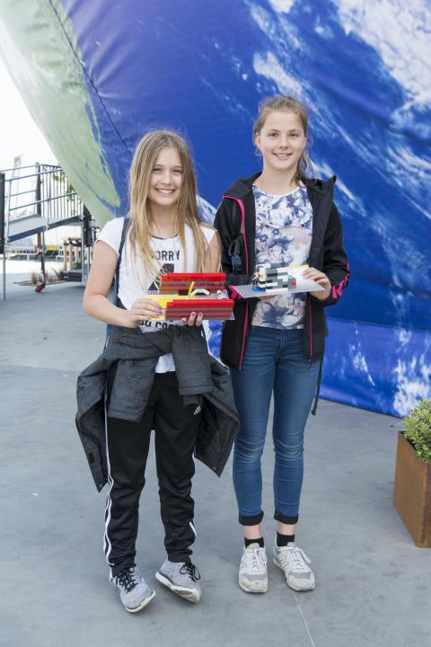 Emilie og Laura fra 6.b på Gyvelhøjskolen i Galten viser deres bud på fremtidens flaskeautomater