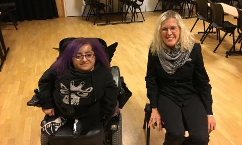Två unga kvinnor åker på turné mot fördomar om funktionsnedsatta