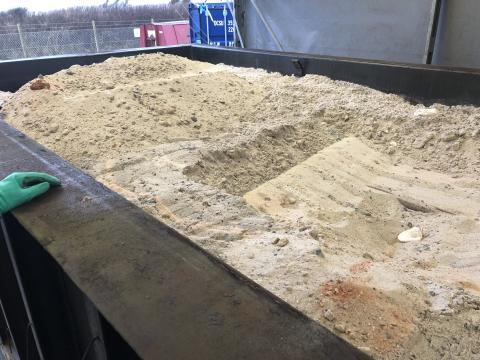 Renset sand i container.