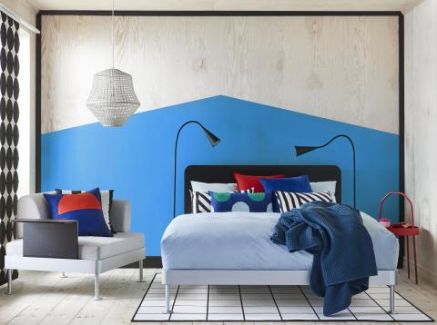 DELAKTIG sengestel med sengegavl 3.499.-, LED-gulvlampe 599.-/stk