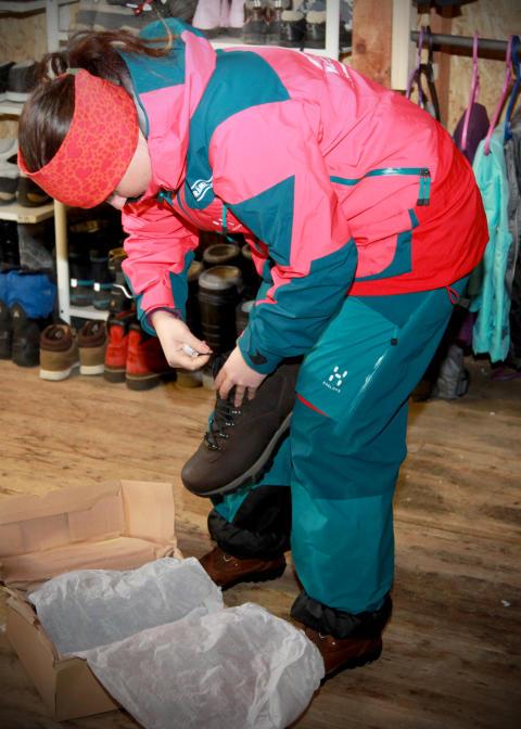 Emma Arnesson packar upp Moxters skänkta skor