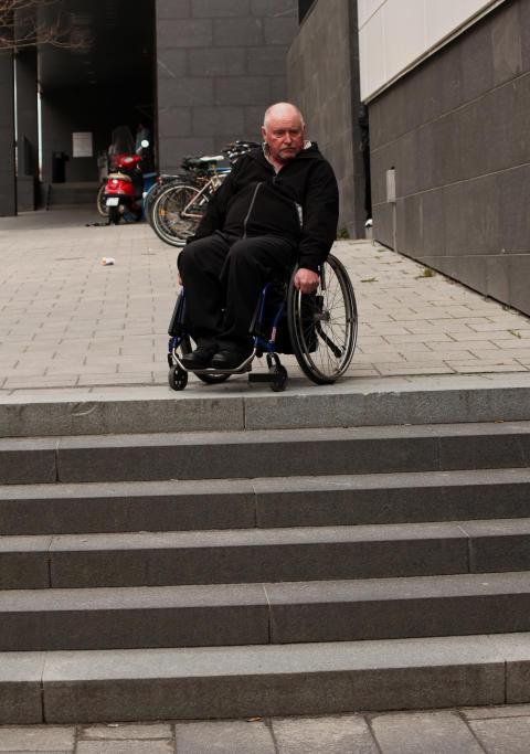 Man i rullstol vid trappa