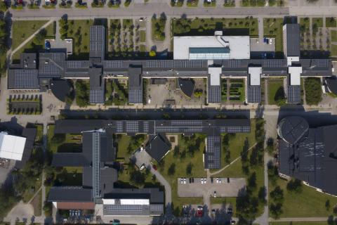 Drönarbild solceller, Örebro universitet