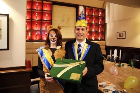 """Löwin LEILA (alias Julia Liebner von Ur-Krostitzer) und Steffen Hoffmann (Präsident des Förderkomitee Leipziger Karneval) präsentieren die """"GOLDENE ROSE"""""""