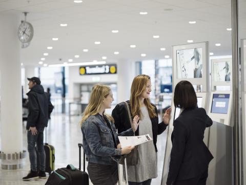 Resenärer vid incheckning på Stockholm Arlanda Airport