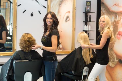 Frisörerna Jessica Nyström och Malin Forsberg fixar håret på kunder.