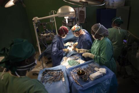 En flicka med en skottskada opereras på traumacentret i Bumjumbura, december 2015.