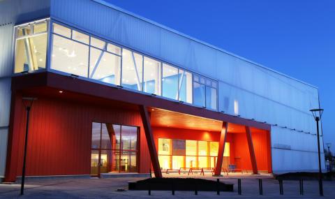 Sveriges första massivträskola har slagit upp portarna.