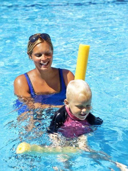 Fler barn lär sig att simma på semestern