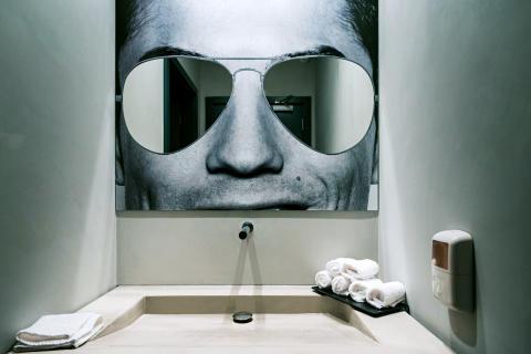Hotellets gæster får svært ved at glemme, at de bor på Ronaldos eget hotel – over alt er der med rund hånd opsat fotos af den 31-årige fodboldhelt – kåret som verdens bedste spiller.