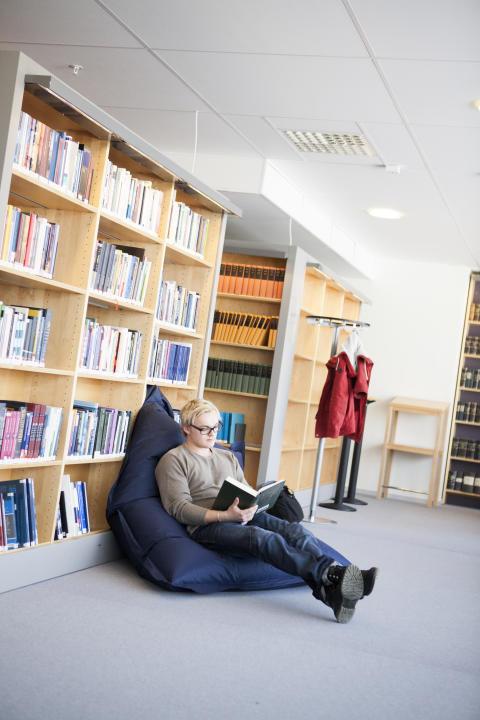 Student i biblioteket
