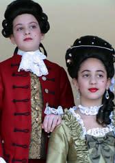 """Barn i 1700-talsdräkter, från Spektrumkörerna i Botkyrka, uppträder i """"Mäster Wolfgang"""""""