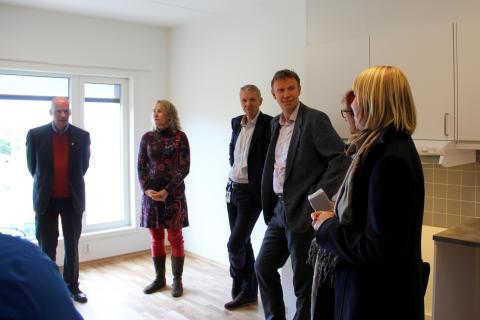 Besøk i en av de nye leilighetene, der beboeren ennå ikke har flyttet inn.