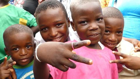 Glade barn på marked i Nigeria
