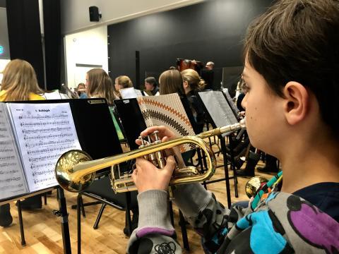 Skolelever sätter upp musikal för att hjälpa barn som är medberoende