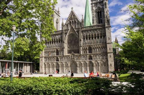 Die Westfront des Nidarosdomes in Trondheim, das Zentrum der norwegischen Kirchengeschichte ist.