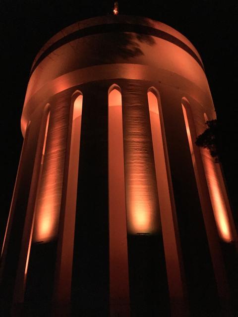 Vattentornet lyser i orange på  internationella dagen för avskaffandet av våld mot kvinnor